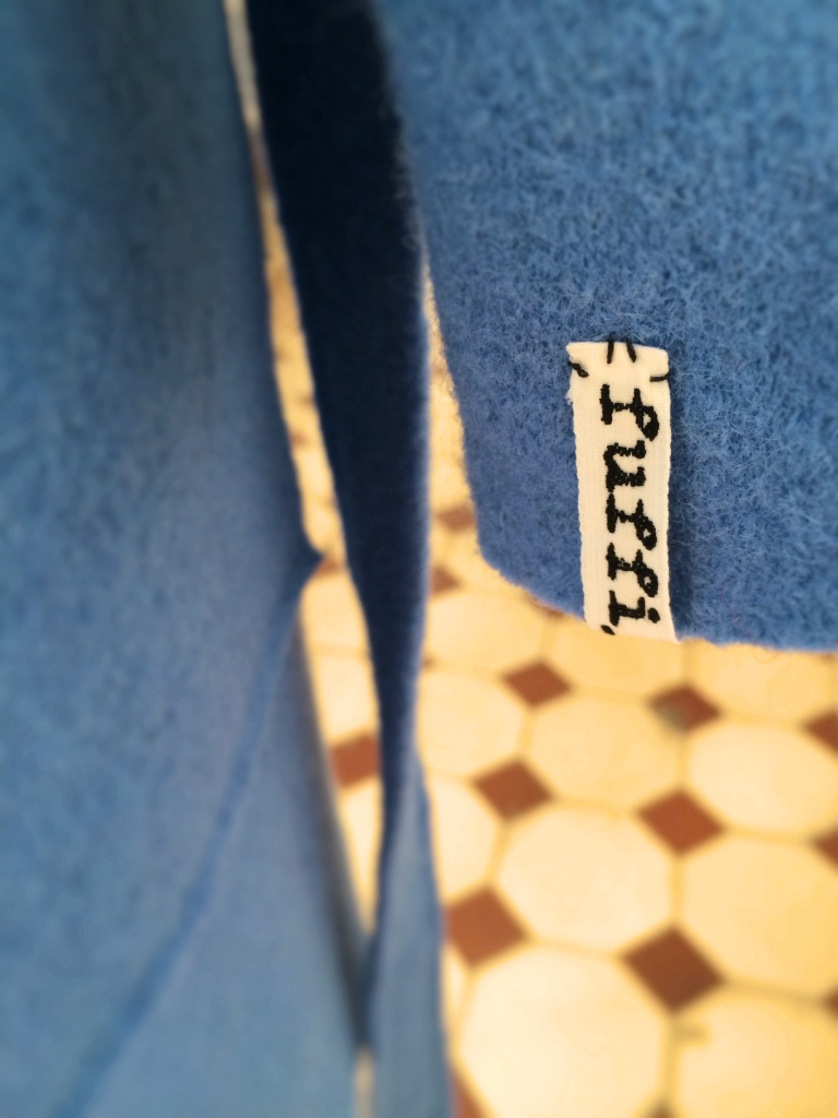 Modell bathrobe Detail label