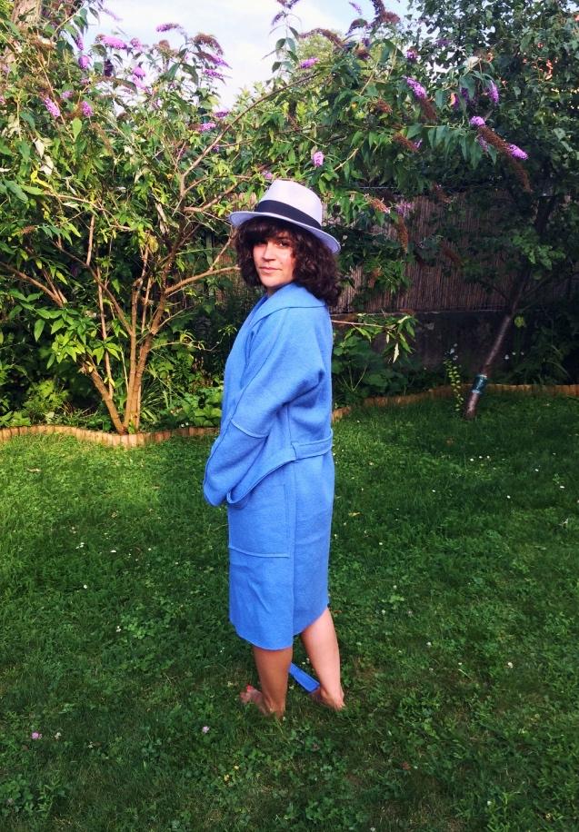 Modell bathrobe im Garten