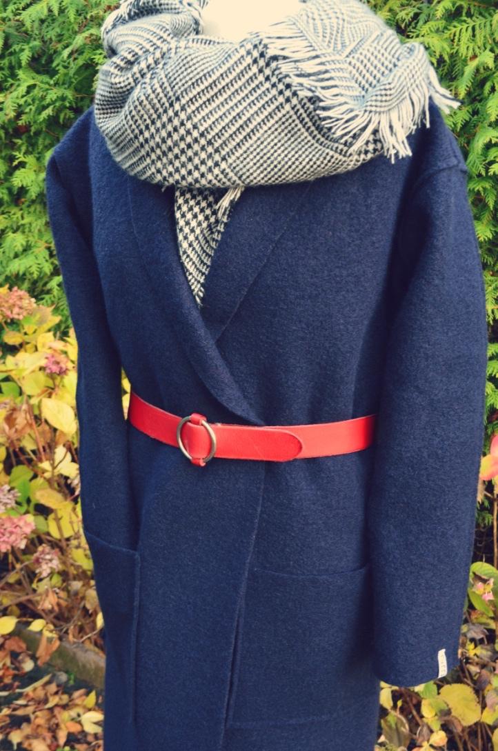 Mantel geschlossen mit rot. Gürtel
