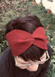 Erna mit Stirnband rot