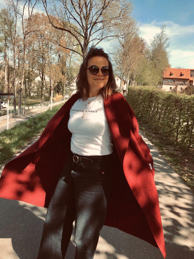 Mari mit Mantel